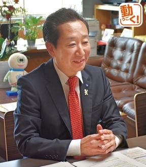 インタビューに応じる高田区長(年頭挨拶を動画で見られます)