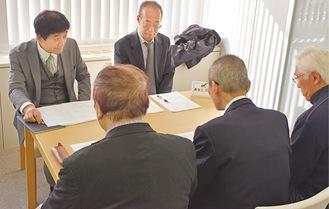企業担当者の話を熱心に聞く参加者たち