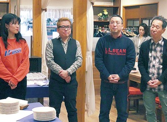 手掛けた納豆への思いを語る太田さん(左から2番目)と中村さん(右から2番目)
