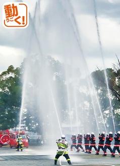 迫力あふれる一斉放水に、来場者から歓声が上がった(様子を動画で見られます)