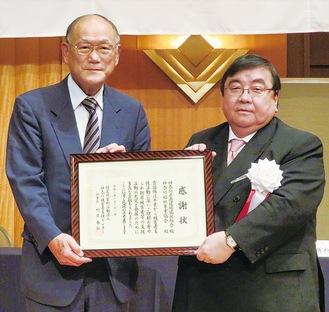 神奈川被害者支援センターから感謝状を受け取る伊坂会長(右)