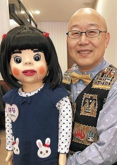 前田さんと、はなちゃん(おしゃべりの様子は動画で見られます)