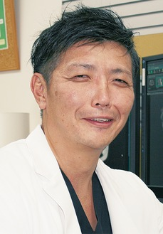笑顔を見せる、遠田新院長