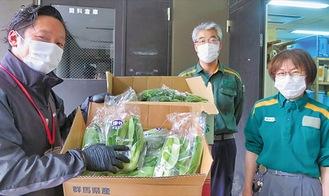 葉物野菜を飼育員に届けた