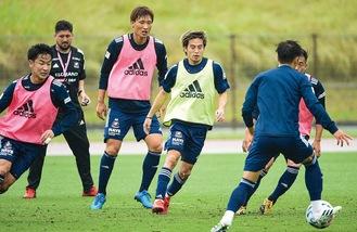 練習で汗を流す仲川輝人選手(左から4人目)ら©Y.F.M