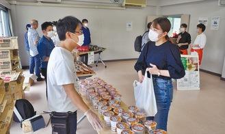 食料を袋に入れる学生