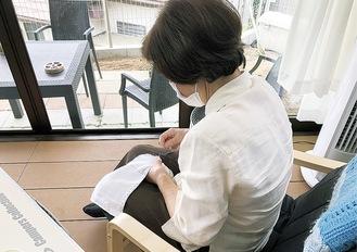 雑巾を縫う利用者