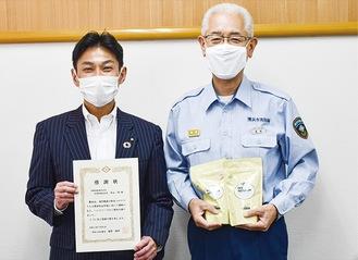 ハンドソープを寄贈した中山社長(左)と星野雅明神奈川消防署長