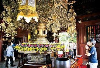 仏舎利殿を参拝する人々