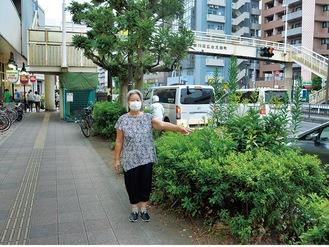 「この辺りにバス停があった」という場所を示す下村さん