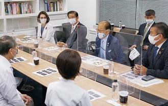 意見を交わす三原副大臣(左奥)