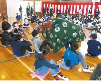 獅子舞の登場に盛り上がる児童
