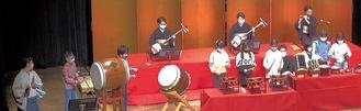 ホールで演奏する児童ら