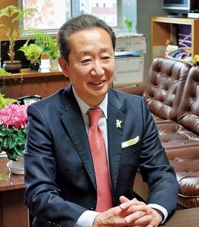 インタビューに応じる高田区長