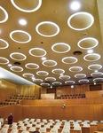 議場天井の円状照明