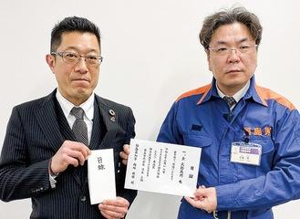 義援金を届ける徳永会長(左)