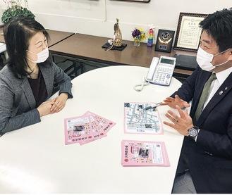 まちづくりについて話し合う小野寺会長(左)と藤代市議