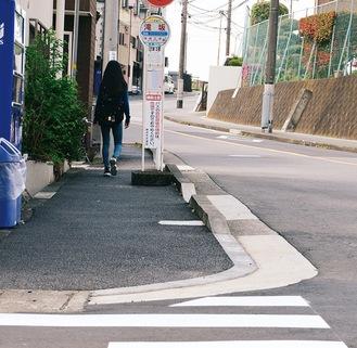 横断歩道の近くに設置されている滝坂バス停
