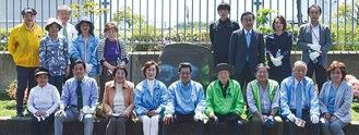 石碑の前に並ぶLCクラブ会員