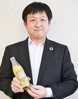 リユース瓶を持つ栗原副理事長