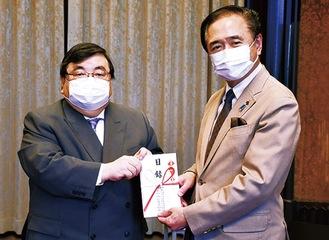 伊坂会長(左)と黒岩知事