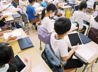 iPadを取り出す児童ら