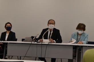 会見で説明する市民の会世話人の岡田弁護士(中央)
