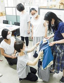 着付けを練習する生徒を指導する小西さん(写真一番左)