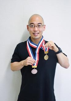 大会のメダルを掲げる林田さん
