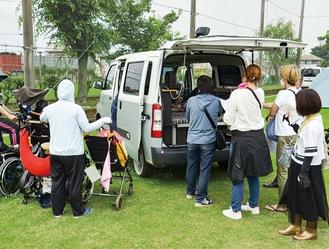 キャンピングカー仕様の車両を見学する参加者