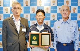 表彰盾を持つ中山社長(中央)