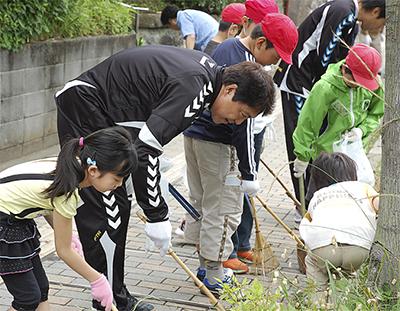 地域清掃で触れ合い学ぶ