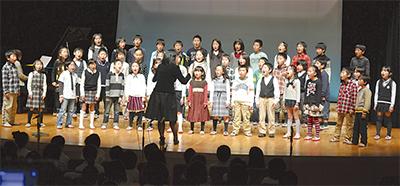 児童の歌声響く