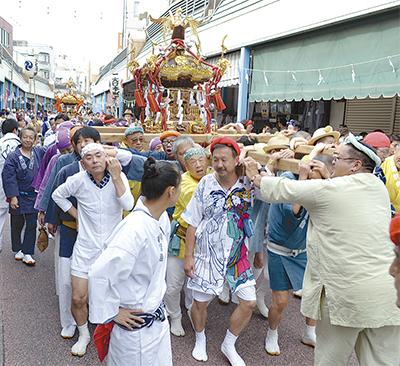 商店街を神輿パレード