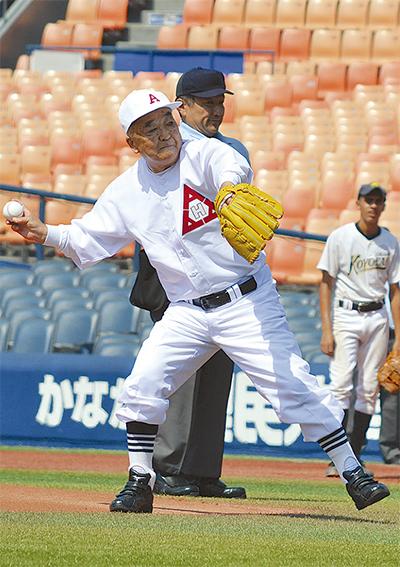 稲荷さん(浅野OB)が始球式