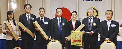 神奈川東RC、横断旗を寄贈