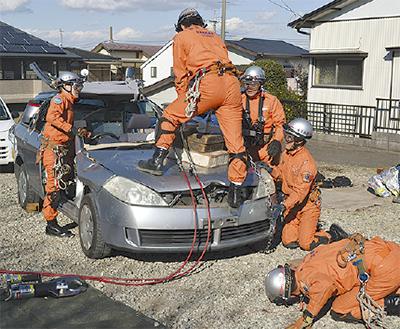 車両使い救出訓練 交通災害を想定