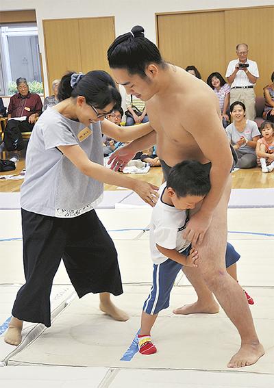 「お相撲さん」と力比べ