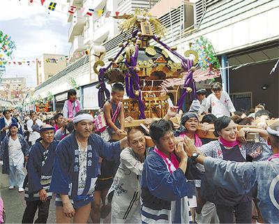 商店街で神輿パレード