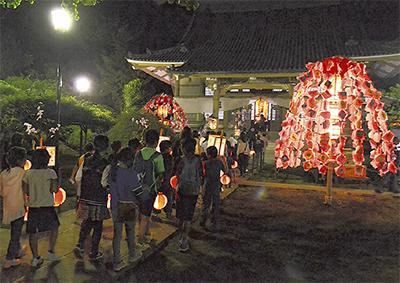 豊顕寺で「万灯行列」