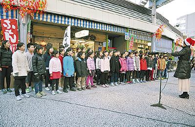 児童の歌声、商店街に