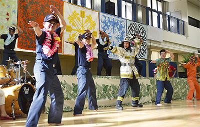 消防士がフラダンス披露