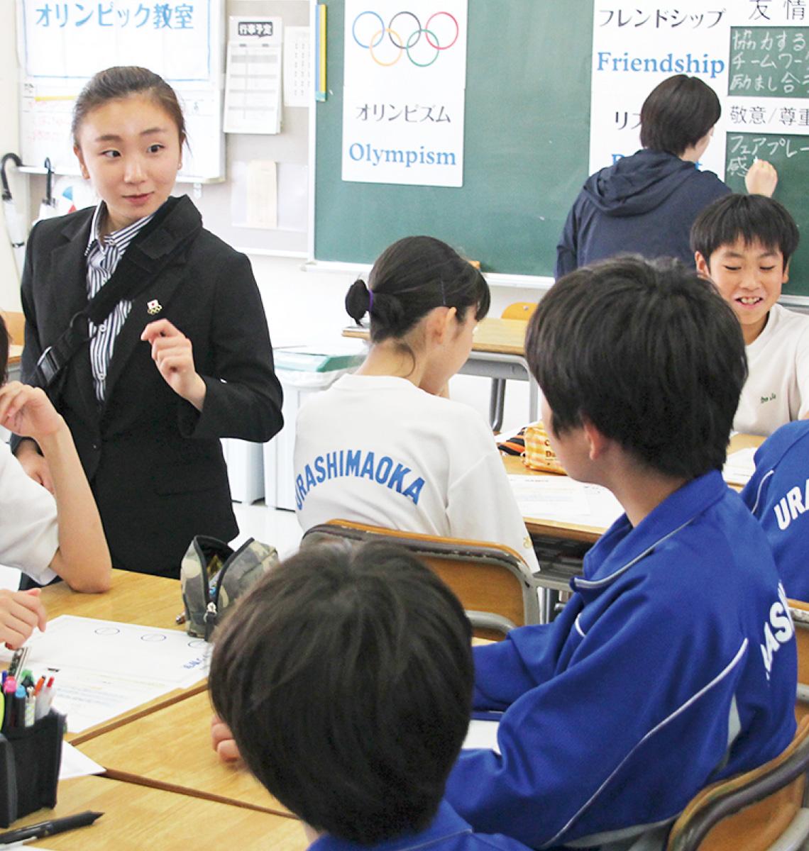 生徒にアドバイスを送る高橋さん