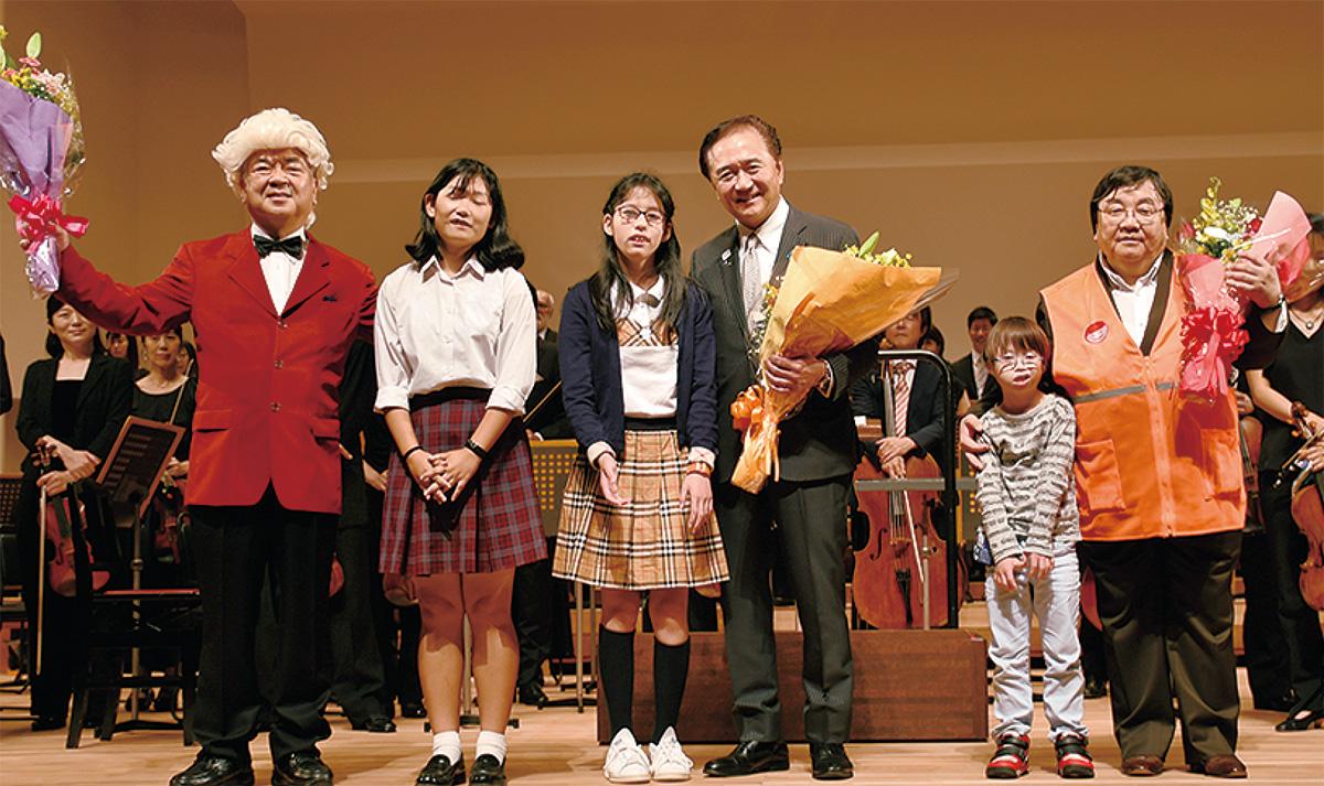 黒岩知事らに花束を渡す生徒たち