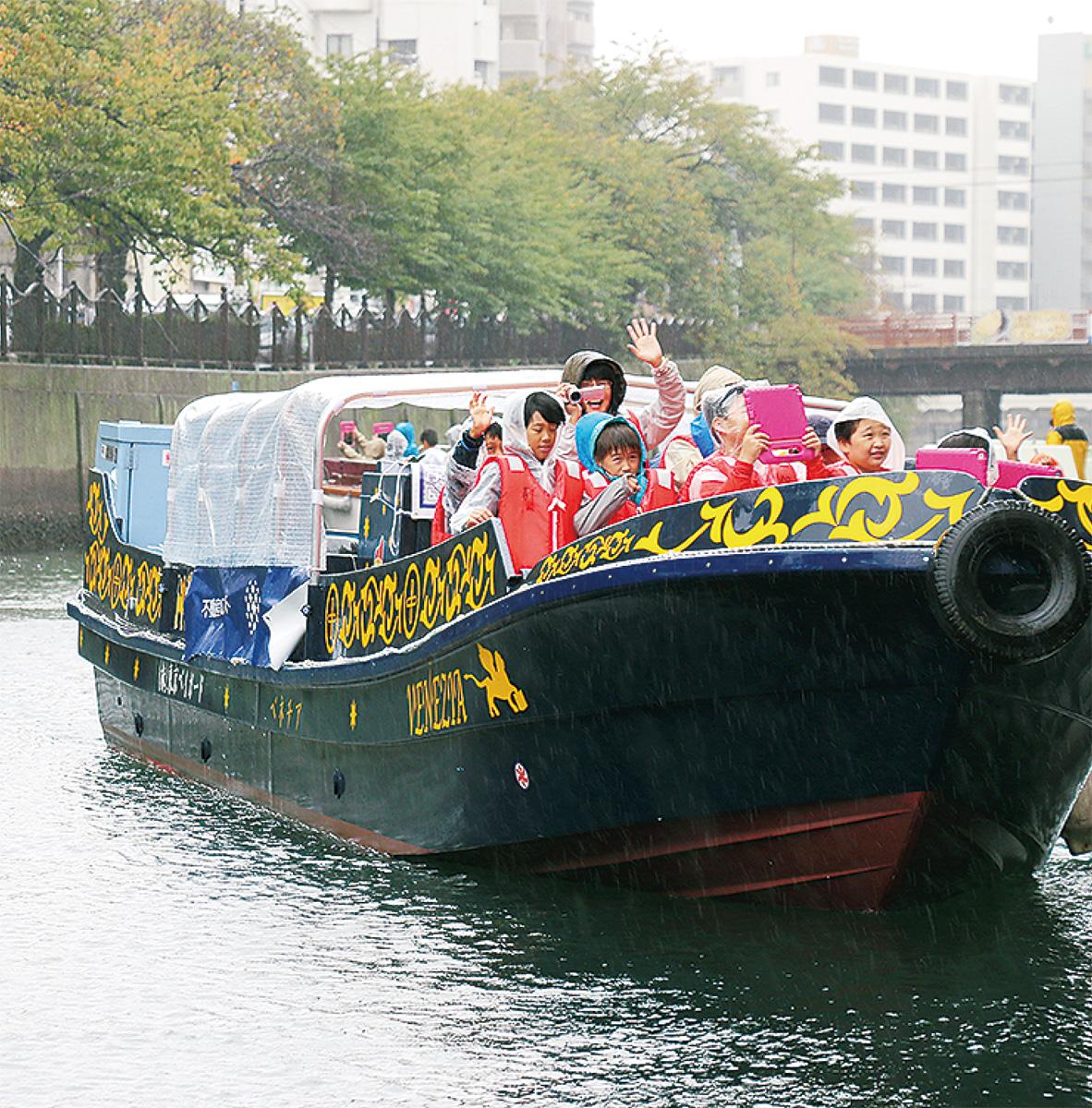 大岡川を船団がめぐる