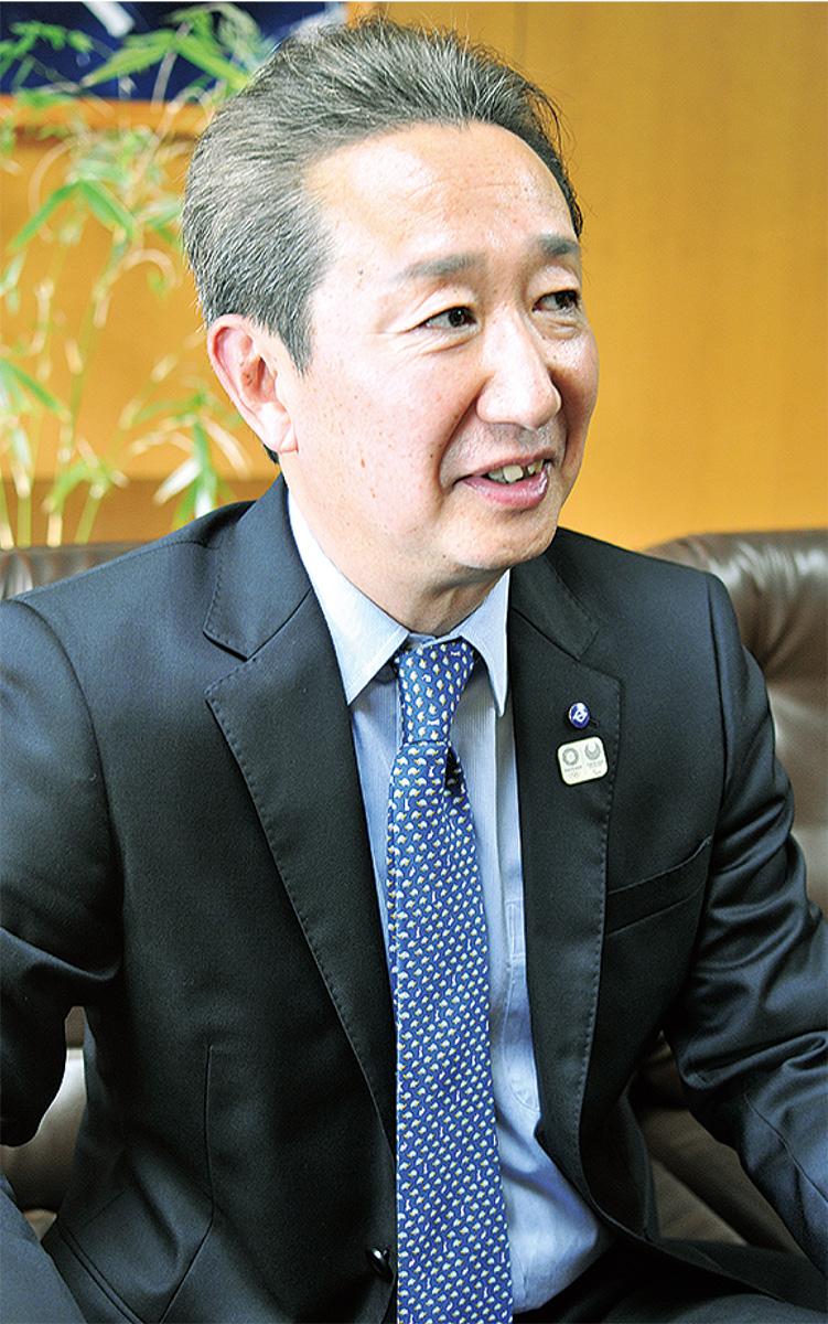 インタビューを受ける高田区長
