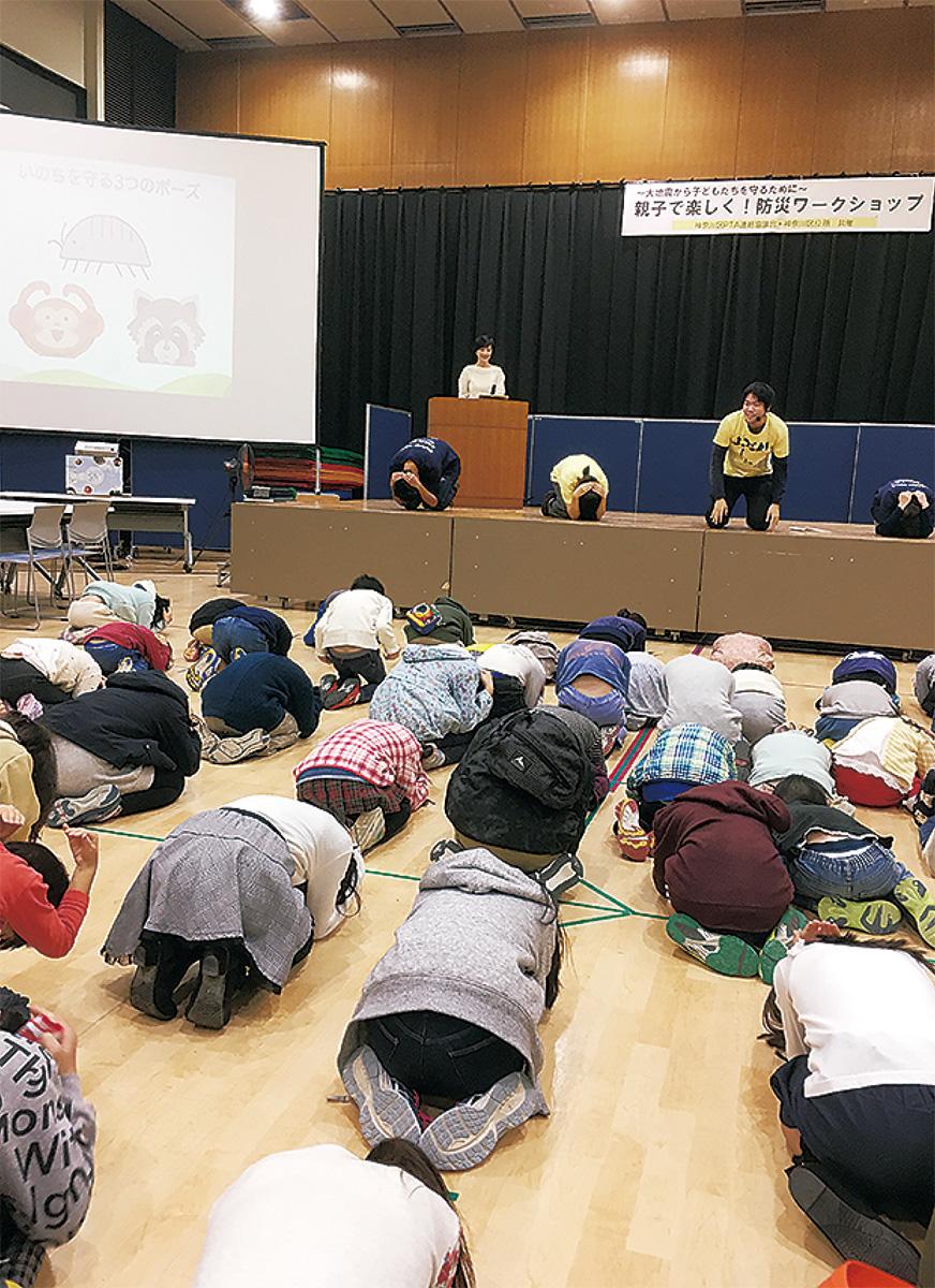 地震ダンゴムシ体操を実践する参加者