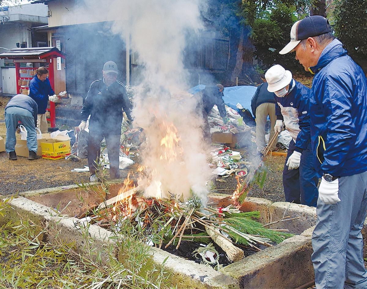 正月飾りや古い御札を燃やす氏子たち