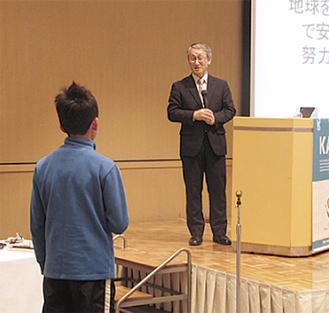 小学生の質問に答える川口氏