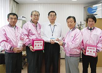 和田区長に義援金を手渡したさぎ沼商店会の築野会長と役員(16日、区役所)